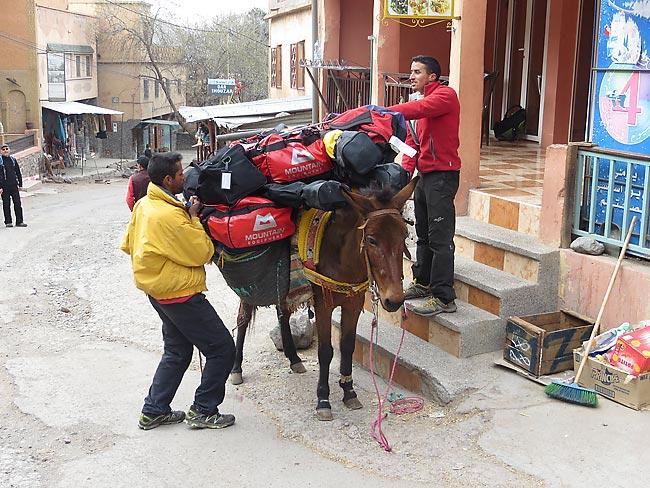 Gepäcktransport in Imlil - Skitourenreise nach Marokko