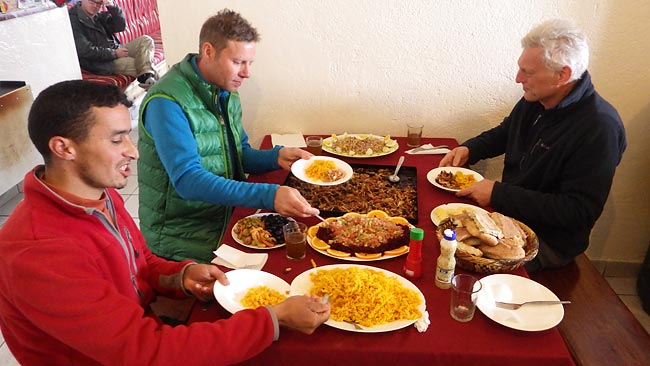 Essen auf der Neltner Hütte - Skitourenreise nach Marokko
