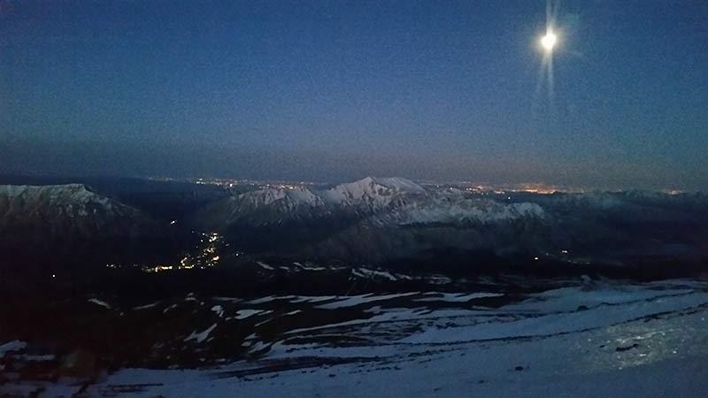 Von der Hütte sind am Horizont die Lichter Teherans zu sehen