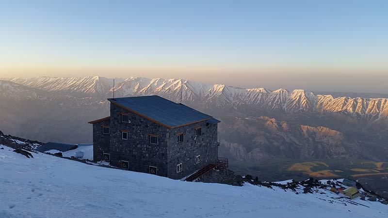Aufbruch von der Hütte um 6 Uhr in Richtung Gipfel