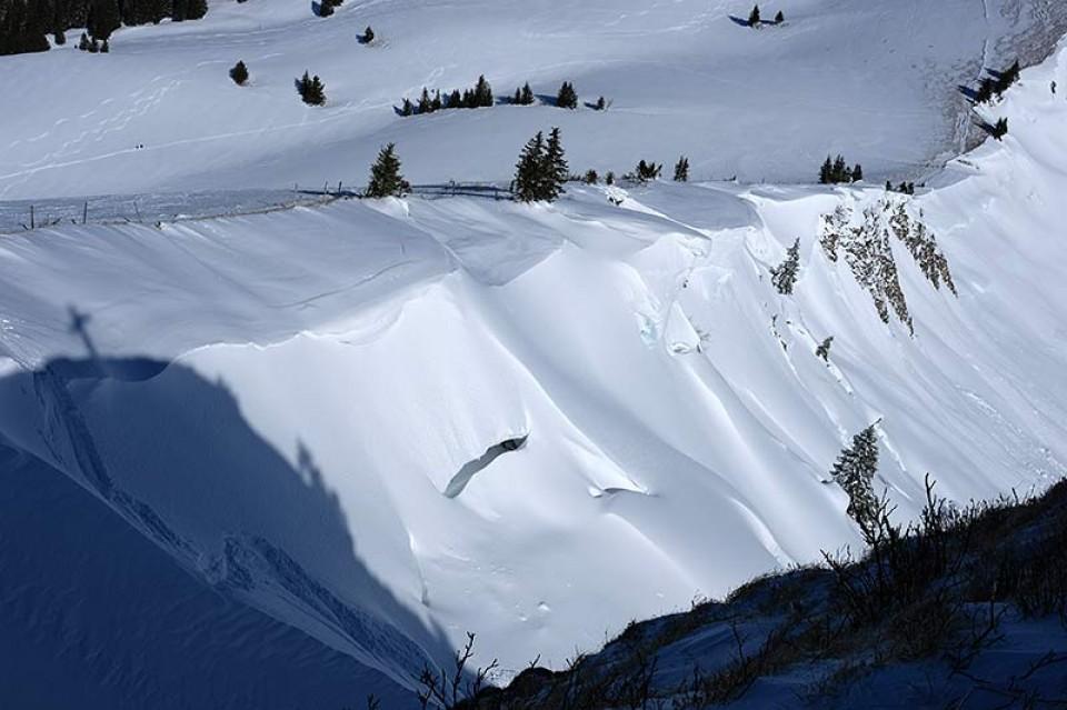Links vom Gipfelkreuzschatten zieht eine Spur in die Rauhkopf Nordostrinne