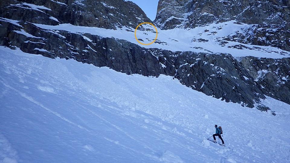 Zwei französische Bergsteiger spuren zum Col des Écrins (oranger Kreis)