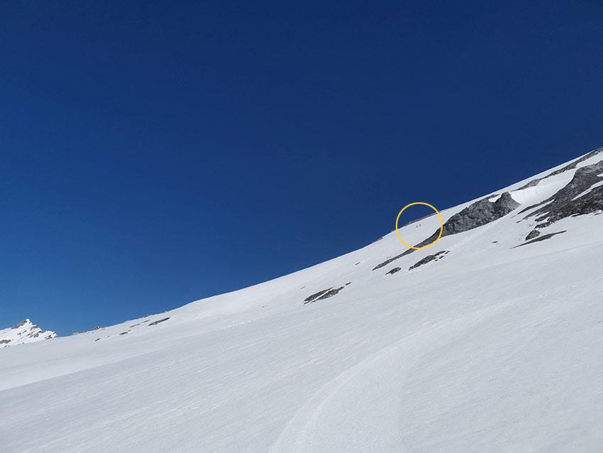 Zwei Tourengeher (oranger Kreis) in der Westflanke die zum Gipfel führt