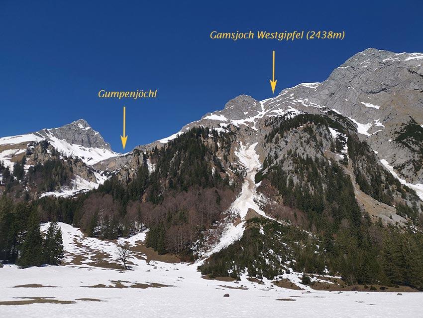 Von der Straße sieht man das Gipfelkreuz des Gamsjochs und links den großen Graben der auf das Gumpenjöchl führt.