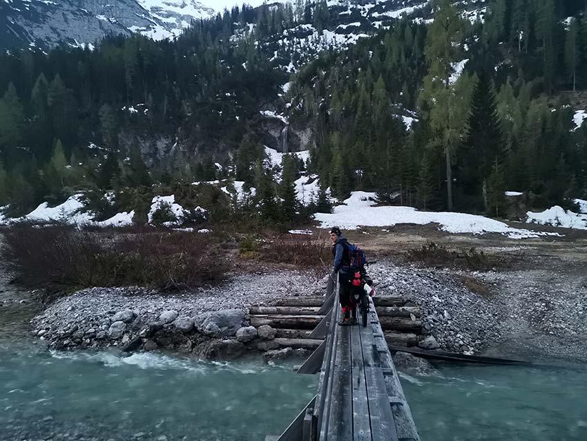 Die Skitour Neunerkar beginnt auf der anderen Seite des Karwendelbachs